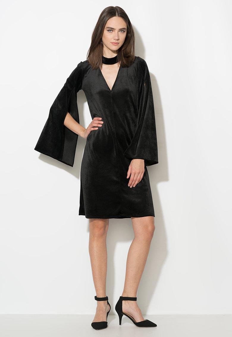 Rochie neagra catifelata cu maneci evazate si cu slituri
