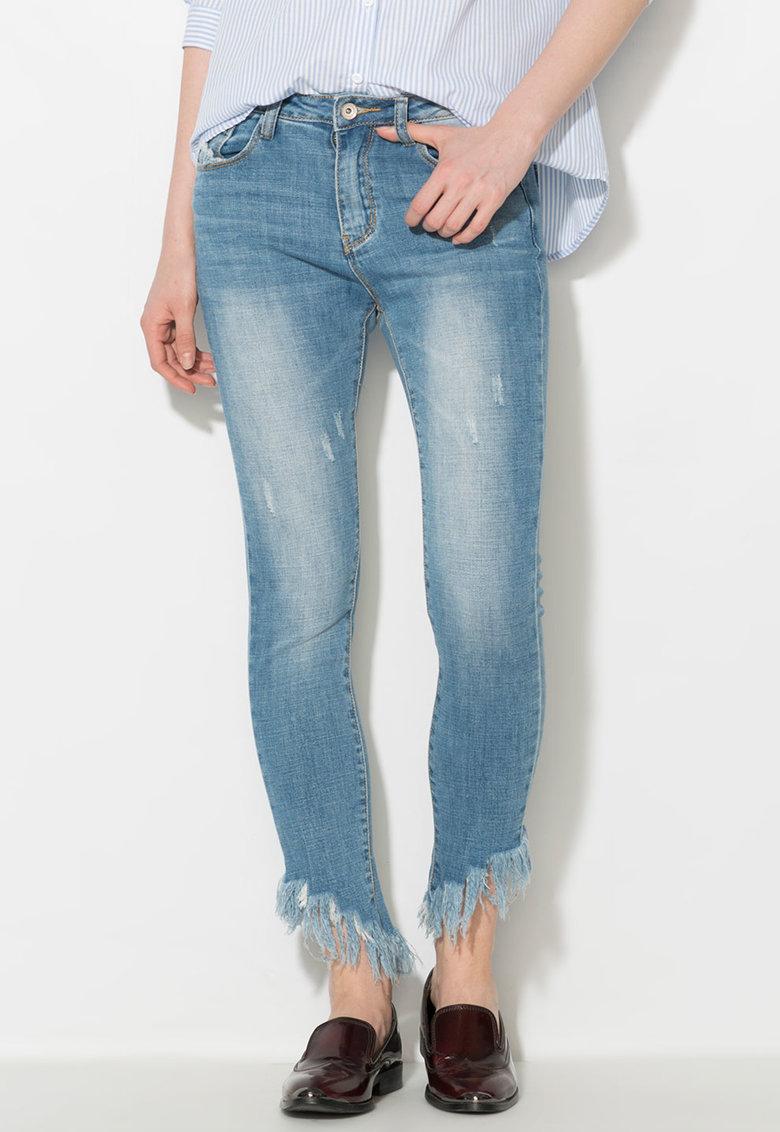 Jeansi albastri cu terminatii franjurate de la Zee Lane Denim