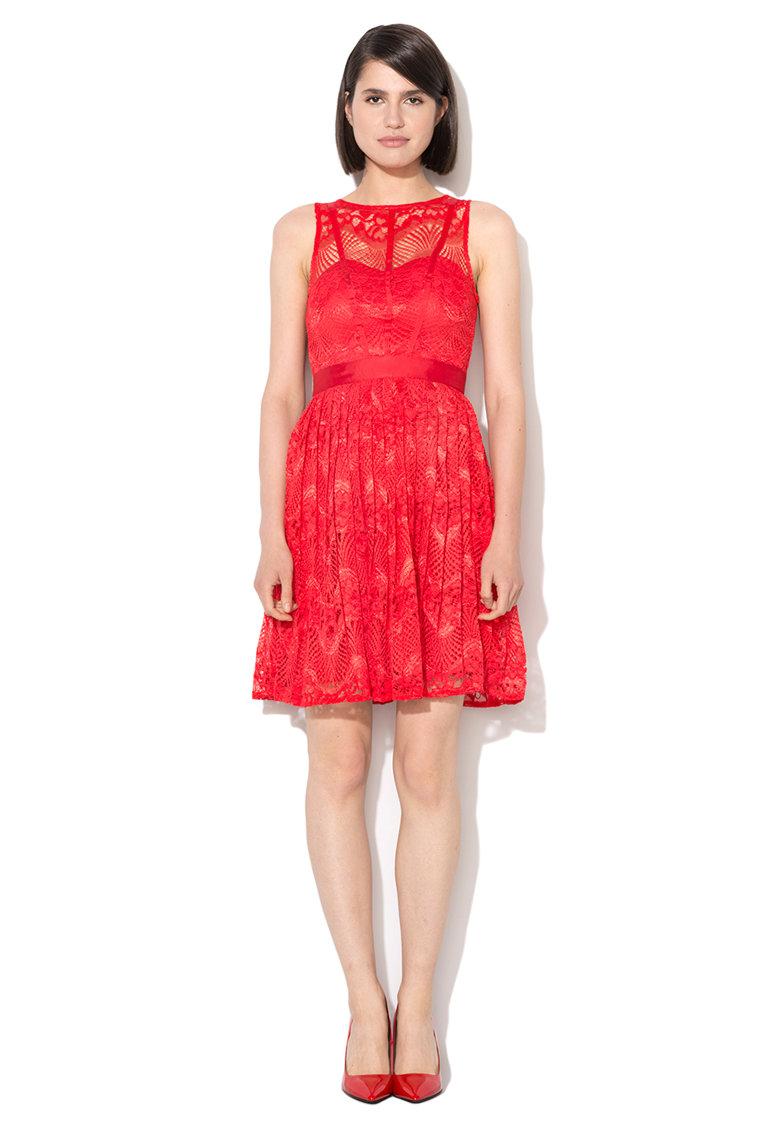 Rochie rosie de dantela cu pliuri