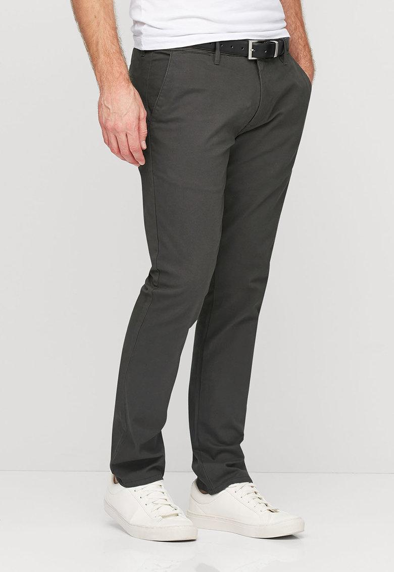 Pantaloni chino gri inchis cu o curea