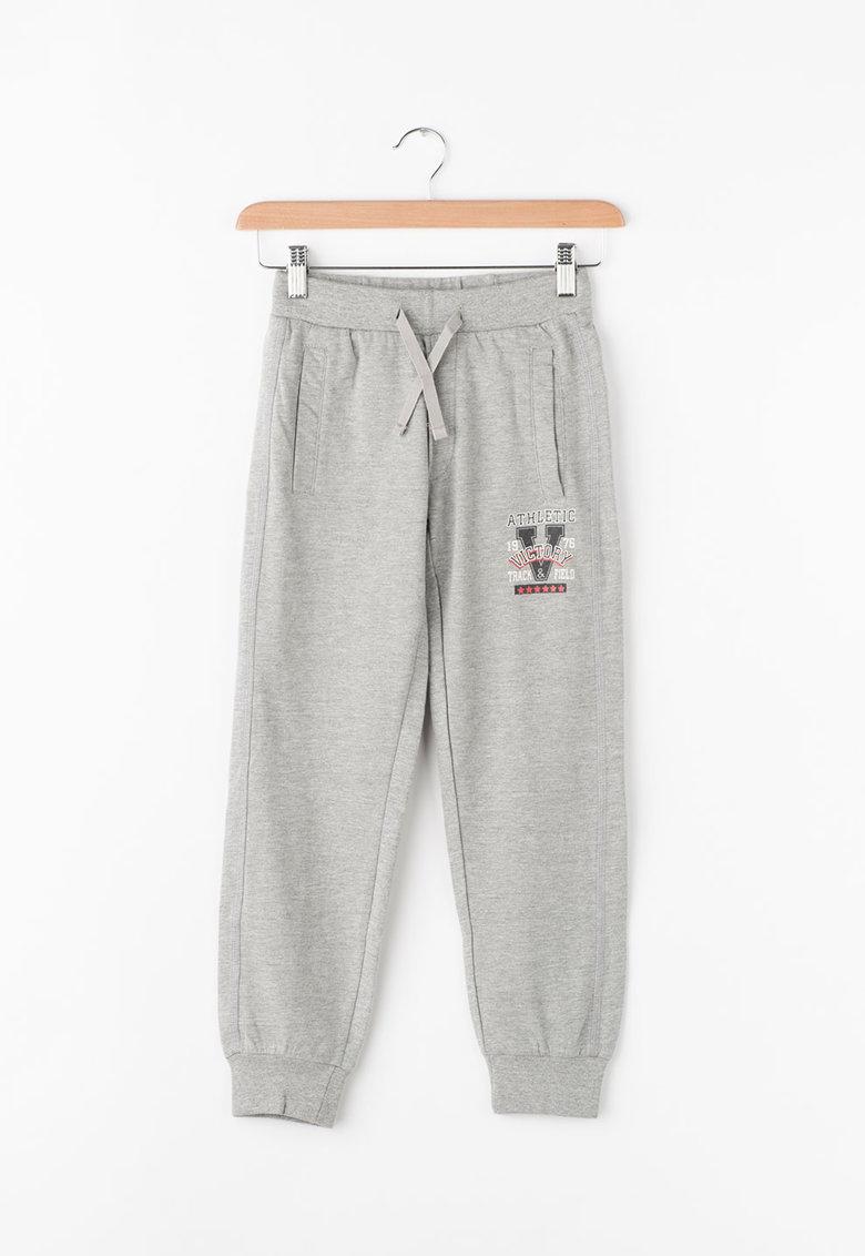 Pantaloni sport cu imprimeu text de la Zee Lane Kids – PA-I-1802-COTONE-GREYMEL